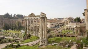 Τουρίστες που επισκέπτονται το ρωμαϊκό φόρουμ Στοκ φωτογραφία με δικαίωμα ελεύθερης χρήσης