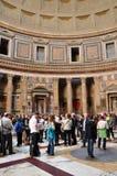Τουρίστες που επισκέπτονται το Pantheon στη Ρώμη, Ιταλία Στοκ εικόνα με δικαίωμα ελεύθερης χρήσης