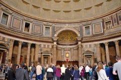 Τουρίστες που επισκέπτονται το Pantheon στη Ρώμη, Ιταλία Στοκ Φωτογραφίες