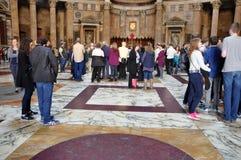 Τουρίστες που επισκέπτονται το Pantheon στη Ρώμη, Ιταλία Στοκ εικόνες με δικαίωμα ελεύθερης χρήσης