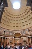 Τουρίστες που επισκέπτονται το Pantheon στη Ρώμη, Ιταλία Στοκ Φωτογραφία