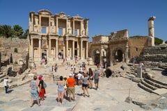 Τουρίστες που θαυμάζουν το αρχαίο Έλληνα και τη ρωμαϊκή βιβλιοθήκη του Κέλσου Στοκ Φωτογραφία