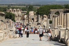Τουρίστες που θαυμάζουν το αρχαίο Έλληνα και τη ρωμαϊκή βιβλιοθήκη του Κέλσου στο Ε Στοκ φωτογραφία με δικαίωμα ελεύθερης χρήσης