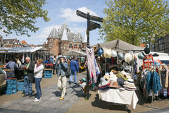 Τουρίστες που διαβάζουν έναν χάρτη κοντά στο στάβλο αγοράς στο nieuwmarkt στο amster Στοκ Φωτογραφία