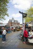 Τουρίστες που διαβάζουν έναν χάρτη κοντά στο στάβλο αγοράς στο nieuwmarkt στο amster Στοκ Φωτογραφίες