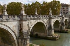 Τουρίστες που διασχίζουν τη γέφυρα μπροστά από Castel Sant'Angelo στη Ρώμη Ιταλία Στοκ εικόνα με δικαίωμα ελεύθερης χρήσης