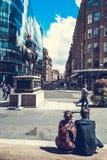 Τουρίστες που κάθονται έξω από τη στοά της σύγχρονης τέχνης, Γλασκώβη, Σκωτία, UK στοκ φωτογραφίες
