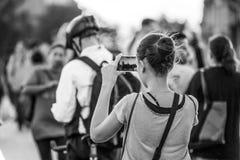 Τουρίστες που κάνουν τις φωτογραφίες στη γέφυρα του Γουέστμινστερ στο Λονδίνο - το ΛΟΝΔΙΝΟ - τη ΜΕΓΑΛΗ ΒΡΕΤΑΝΊΑ - 19 Σεπτεμβρίου  Στοκ Φωτογραφία