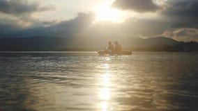 Τουρίστες που κατά μήκος της θάλασσας στο όμορφο θερινό ηλιοβασίλεμα κωπηλατώντας καγιάκ, ομαδική εργασία, ενότητα κίνηση αργή απόθεμα βίντεο