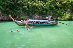 Τουρίστες που κολυμπούν με αναπνευτήρα στη λιμνοθάλασσα της Hong στην επαρχία Krabi, Ταϊλάνδη στοκ εικόνα