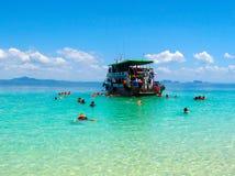 Τουρίστες που κολυμπούν με αναπνευτήρα στη θάλασσα Andaman στο νησί Ko Kradan, Ταϊλάνδη Στοκ Φωτογραφία