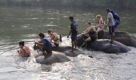 Τουρίστες που λούζουν στους ελέφαντες στον ποταμό Kwai Στοκ εικόνα με δικαίωμα ελεύθερης χρήσης