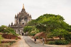 Τουρίστες που οδηγούν το ποδήλατο κοντά στις αρχαίες παγόδες σε Bagan Στοκ φωτογραφίες με δικαίωμα ελεύθερης χρήσης