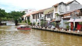 Τουρίστες που παίρνουν τη βάρκα γύρου κρουαζιέρας στην εξερεύνηση του Malacca ποταμού Malacca έχει απαριθμηθεί ως περιοχή το 2008 απόθεμα βίντεο