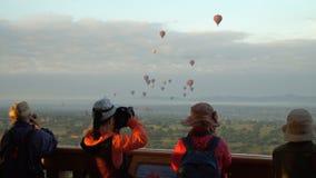 Τουρίστες που παίρνουν τη φωτογραφία των μπαλονιών ζεστού αέρα σε Bagan, το Μιανμάρ - 21 Νοεμβρίου 2017 απόθεμα βίντεο