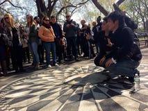Τουρίστες που παίρνουν τις φωτογραφίες στο μνημείο του Central Park John Lennon στοκ εικόνες