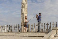 Τουρίστες που παίρνουν selfie στη στέγη καθεδρικών ναών, Μιλάνο, Ιταλία Στοκ Φωτογραφίες