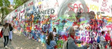 Τουρίστες που παίρνουν selfies στον τοίχο του John Lennon στην Πράγα, Δημοκρατία της Τσεχίας στοκ εικόνες