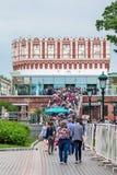 Τουρίστες που περνούν στο Κρεμλίνο το Κρεμλίνο από τις πύλες του πύργου Kutafia στοκ εικόνες με δικαίωμα ελεύθερης χρήσης