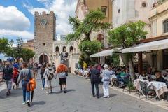 Τουρίστες που περπατούν κατά μήκος των εστιατορίων στο plaza Taormina, Ιταλία Στοκ φωτογραφίες με δικαίωμα ελεύθερης χρήσης