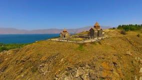 Τουρίστες που περπατούν κοντά σε αρχαίο Surp Arakelots και τις εκκλησίες Astvatsatsin, Αρμενία φιλμ μικρού μήκους