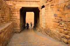 Τουρίστες που περπατούν προς μια σήραγγα στο οχυρό Jaisalmer Στοκ Εικόνες