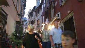 Τουρίστες που περπατούν στην οδό Rovinj φιλμ μικρού μήκους