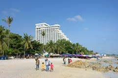 Τουρίστες που περπατούν στην παραλία της Hua Hin στοκ εικόνα με δικαίωμα ελεύθερης χρήσης