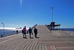 Τουρίστες που περπατούν στην υψηλή αποβάθρα στη Χιλή Στοκ Φωτογραφία