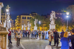 Τουρίστες που περπατούν στη γέφυρα αγγέλου Αγίου στη Ρώμη Στοκ Φωτογραφία