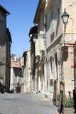 Τουρίστες που περπατούν στις στενές οδούς Arles Στοκ φωτογραφία με δικαίωμα ελεύθερης χρήσης