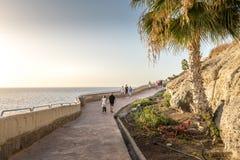 Τουρίστες που περπατούν στον όμορφο περίπατο που συνδέει το Πουέρτο Ρίκο και Amadores Πουέρτο Ρίκο, θλγραν θλθαναρηα στην Ισπανία Στοκ Εικόνες