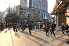 Τουρίστες που περπατούν στο φράγμα, το πιό φυσικό σημείο στη Σαγκάη Στο υπόβαθρο οι διασημότεροι κινεζικοί ουρανοξύστες Στοκ φωτογραφία με δικαίωμα ελεύθερης χρήσης