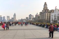 Τουρίστες που περπατούν στο φράγμα, το πιό φυσικό σημείο στη Σαγκάη Στο υπόβαθρο οι διασημότεροι κινεζικοί ουρανοξύστες Στοκ Φωτογραφία