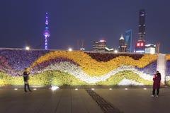 Τουρίστες που περπατούν στο φράγμα, το πιό φυσικό σημείο στη Σαγκάη Στο υπόβαθρο οι διασημότεροι κινεζικοί ουρανοξύστες Στοκ Εικόνες