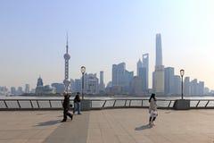 Τουρίστες που περπατούν στο φράγμα, το πιό φυσικό σημείο στη Σαγκάη Στο υπόβαθρο οι διασημότεροι κινεζικοί ουρανοξύστες Στοκ εικόνες με δικαίωμα ελεύθερης χρήσης