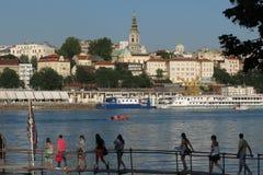 Τουρίστες που πλησιάζουν τα διάσημα εστιατόρια Βελιγραδι'ου στον ποταμό Στοκ Φωτογραφία