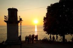 Τουρίστες που προσέχουν το ηλιοβασίλεμα στοκ φωτογραφία με δικαίωμα ελεύθερης χρήσης