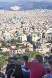 Τουρίστες που προσέχουν το πανόραμα πόλεων της Αθήνας στην Ελλάδα στοκ εικόνα