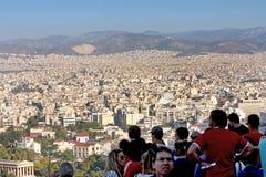 Τουρίστες που προσέχουν το πανόραμα πόλεων της Αθήνας στοκ φωτογραφία