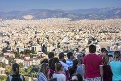 Τουρίστες που προσέχουν το πανόραμα της Αθήνας στην Ελλάδα στοκ φωτογραφία με δικαίωμα ελεύθερης χρήσης