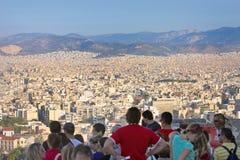 Τουρίστες που προσέχουν το πανόραμα της Αθήνας στοκ φωτογραφία με δικαίωμα ελεύθερης χρήσης