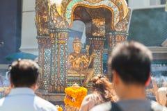Τουρίστες που προσεύχονται στη λάρνακα Erawan Στοκ Εικόνα