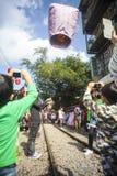Τουρίστες που προωθούν το φανάρι ουρανού κατά μήκος του σιδηροδρόμου δίπλα σε Shifen Trai Στοκ εικόνα με δικαίωμα ελεύθερης χρήσης