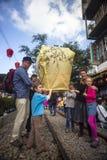 Τουρίστες που προωθούν το φανάρι ουρανού κατά μήκος του σιδηροδρόμου δίπλα σε Shifen Trai Στοκ Φωτογραφίες