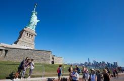 Τουρίστες που πυροβολούν selfies και που περπατούν κοντά στο άγαλμα της ελευθερίας, Νέα Υόρκη Στοκ φωτογραφία με δικαίωμα ελεύθερης χρήσης