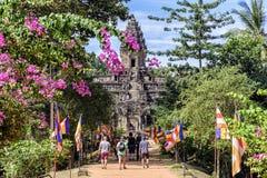 Τουρίστες που πλησιάζουν το ναό Bakong στην Καμπότζη Στοκ Εικόνες