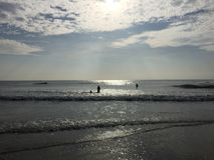 Τουρίστες που σκιαγραφούνται στο χρόνο βραδιού στην παραλία Mahabalipuram Στοκ εικόνες με δικαίωμα ελεύθερης χρήσης