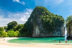 τουρίστες που συμμετέχονται στην κολύμβηση με αναπνευστήρα στο νησί της Hong στοκ εικόνες με δικαίωμα ελεύθερης χρήσης