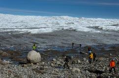 Τουρίστες που συμμετέχουν μια εξόρμηση πολικών παγετωνών στο σημείο 660, η είσοδος στο Greenlandic πολικό παγετώνα μέσω του morai στοκ εικόνες